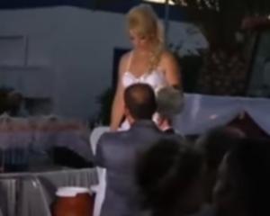 Σύρος: Ο γαμπρός είδε την κούκλα νύφη να φτάνει στην εκκλησία με αυτό τον τρόπο [pic, vid]