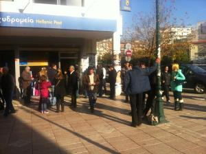 Αγρίνιο: Οι υπάλληλοι του ταχυδρομείου ανέβηκαν πάνω στα γραφεία – Η εξήγηση της απίθανης εικόνας!