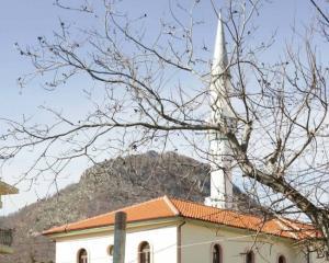 Ξάνθη: Ο ιμάμης τρελάθηκε – Διέκοψε την προσευχή και πλακώθηκε στο ξύλο με μικρό παιδί!
