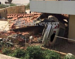 Χανιά: Αυτοκίνητο έπεσε από γέφυρα και κατέληξε σε σπίτι – Οι εικόνες του φοβερού τροχαίου [pics]