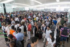 Αεροδρόμιο Βαρκελώνης: Ταλαιπωρία διαρκείας λόγω απεργίας – Επιστρατεύεται η Εθνοφυλακή