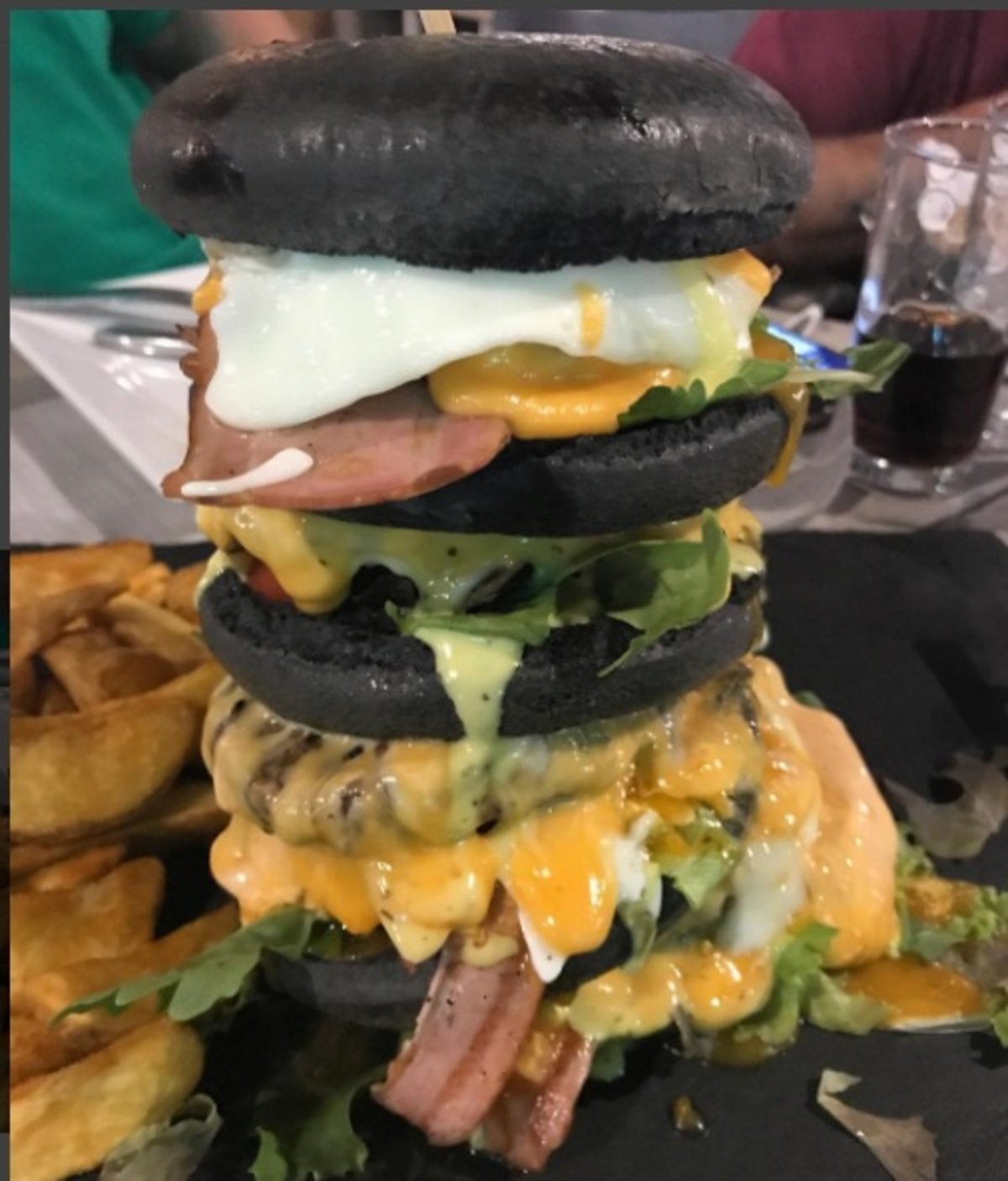 Μην… τρομάξετε! Αυτό το burger υπάρχει και το… έφαγε Έλληνας τραγουδιστής!   Newsit.gr
