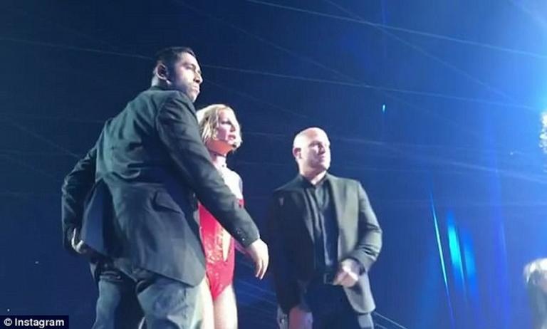 Φυγάδευσαν την Britney Spears! Τρόμος με θαυμαστή σε συναυλία της [vid] | Newsit.gr
