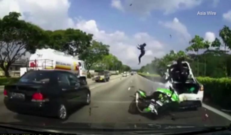 Σοκαριστικό τροχαίο! Καρφώθηκαν με τη μηχανή σε σταματημένο αυτοκίνητο [vid] | Newsit.gr