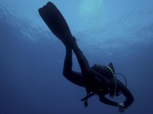 Κρήτη: Σκαρφάλωσε στη βάρκα και κατέρρευσε – Αγωνία για δύτη στο Ηράκλειο