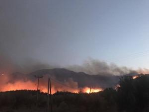Ανεξέλεγκτη φωτιά μαίνεται στην Ιεράπετρα! Ηρωική μάχη των πυροσβεστών με δύο μέτωπα
