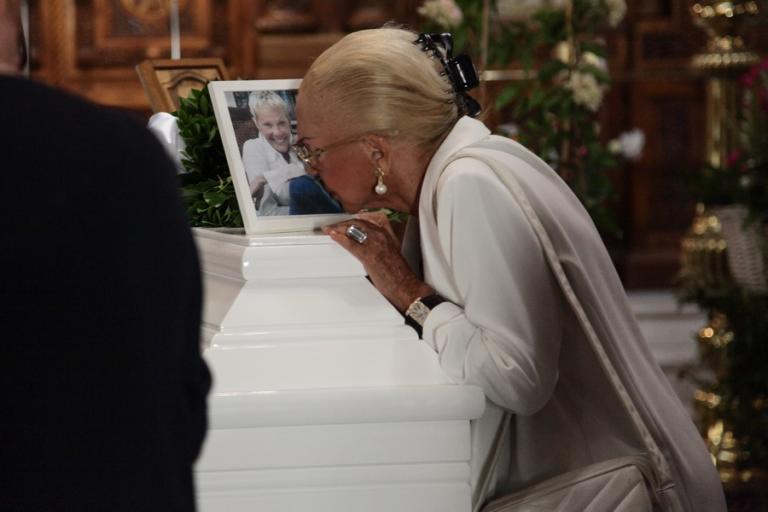 Κηδεία Λάσκαρη: Συντετριμμένες Γαληνέα και Κρούσκα [pics] | Newsit.gr