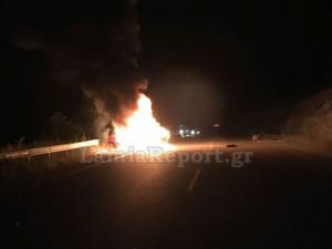 Λαμία: Αυτοκίνητο τυλίχθηκε στις φλόγες – Σώθηκαν οι δύο νεαροί που βρίσκονταν μέσα [pic, vid]
