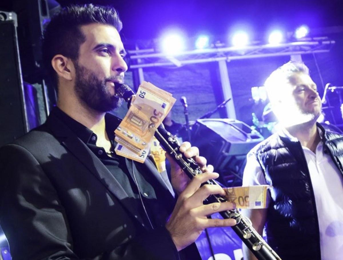 Ηλεία: Κρέμασαν 1.000 ευρώ σε κλαρίνο για να ακουστεί τραγούδι που ήθελαν – Απίστευτες σκηνές σε πανηγύρι [vids] | Newsit.gr