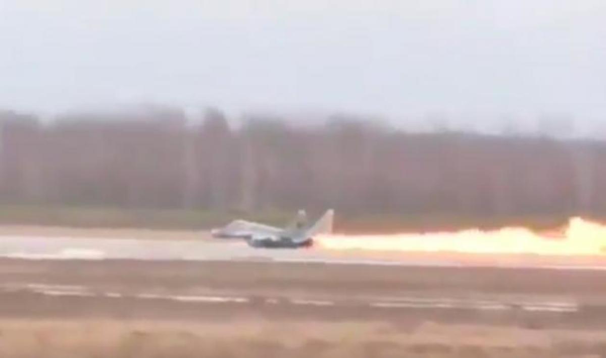 "Mαχητικό MiG-29 ""λαμπαδιάζει"" κατά την απογείωσή του – Απίστευτο βίντεο | Newsit.gr"