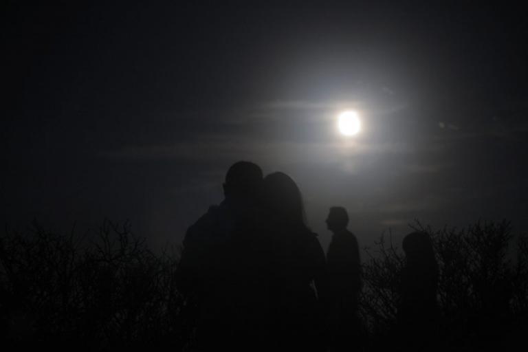 Πανσέληνος και μερική έκλειψη σελήνης: LIVE εικόνα! | Newsit.gr