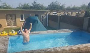 Μεθυσμένος έκανε μια μεγάλη τρύπα στον κήπο – Για να γλιτώσει τις φωνές της γυναίκας του έφτιαξε πισίνα!