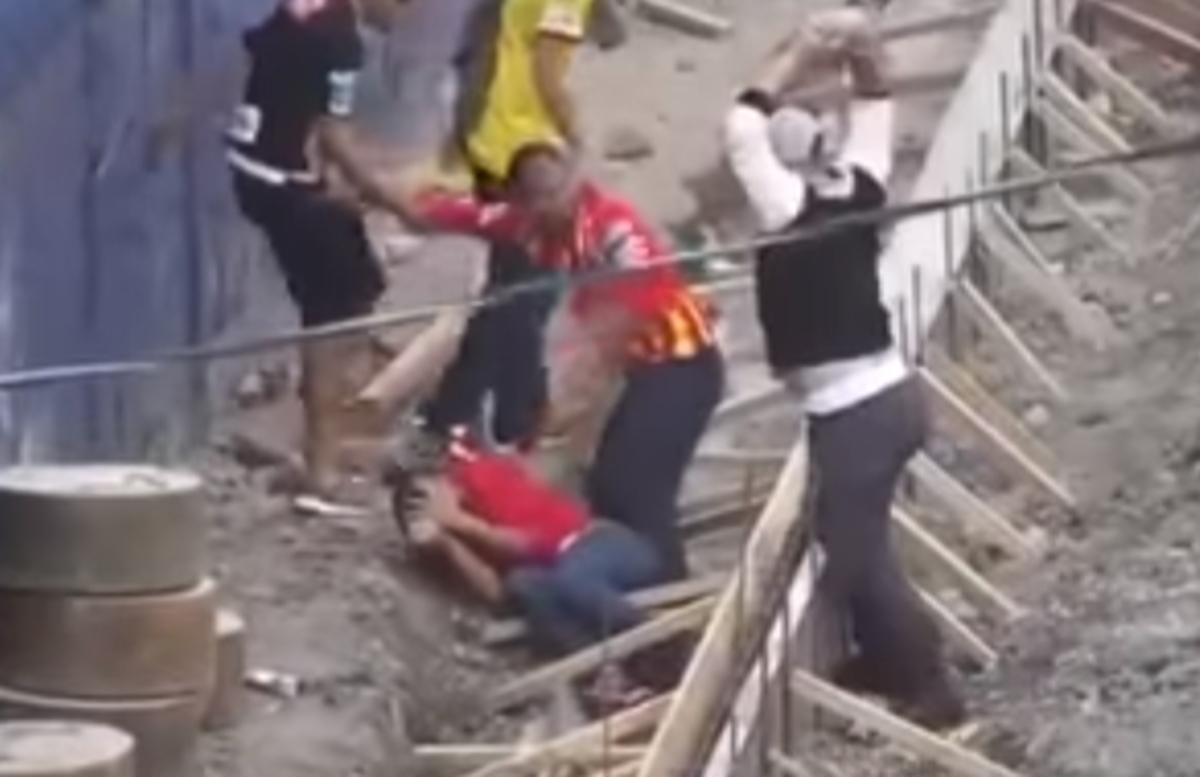 Ωμή βία! Χούλιγκαν ρίχνει πέτρα σε κεφάλι οπαδού! Προσοχή, σκληρές εικόνες [vid] | Newsit.gr