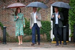 Νταϊάνα: Αφήνουν λουλούδια στο παλάτι! Γουίλιαμ και Χάρι τιμούν τη μνήμη της