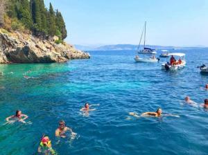Πασίγνωστος τραγουδιστής για διακοπές στην Ελλάδα! [pics]