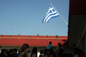 """Οργή της αντιπολίτευσης για τους σημαιοφόρους με κλήρωση: """"Ο ΣΥΡΙΖΑ υποστέλλει τη σημαία της αριστείας"""""""