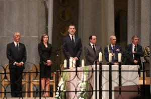 Βαρκελώνη: Οι κάτοικοι τίμησαν τα θύματα των επιθέσεων παρουσία του βασιλιά Φιλίππου στη Sagrada Familia [pics]