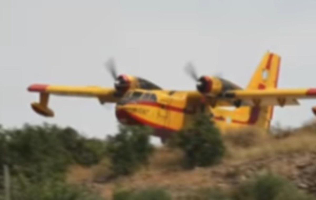 Φωτιά στα Ροδινά της Ζαχάρως: Η συγκλονιστική βουτιά Canadair για να σώσει σπίτι [pics, vid] | Newsit.gr