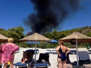 Σπέτσες: Στο «πόδι» όλο το νησί από τη μεγάλη φωτιά [pics, vids]