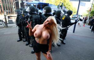 Αμβούργο: Γυμνόστηθες σεξοβόμβες… στις διαδηλώσεις για τη G20! [pics]
