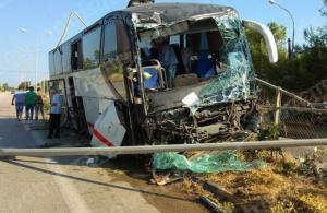 Πύργος: Τρόμος με λεωφορείο στην εθνική οδό – Παρέσυρε δέντρα και στύλους φωτισμού [pics]