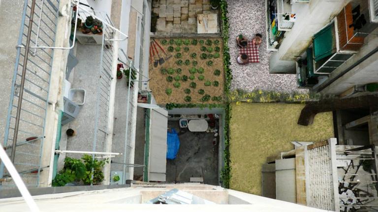 Θεσσαλονικη: Βρήκαν πτώμα στον ακάλυπτο της πολυκατοικίας τους | Newsit.gr