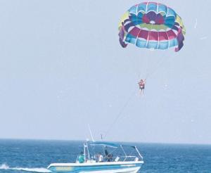 Κρήτη: Τουρίστες έπεσαν στα βράχια με αλεξίπτωτο θαλάσσης!