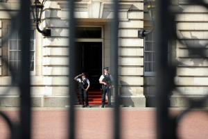 Λονδίνο: Για τρομοκρατία κατηγορείται ο 26χρονος που επιτέθηκε με σπαθί σε αστυνομικούς στο Μπάκιγχαμ