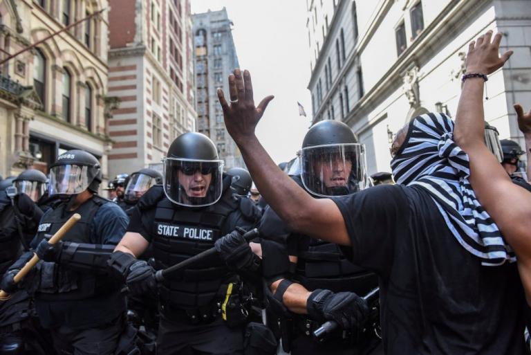 Βοστώνη: Συγκέντρωση ακροδεξιών και αντιρατσιστών – Επεισόδια με αστυνομικούς [pics] | Newsit.gr