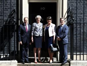 Τα μιλήσανε, τα συμφωνήσανε! Έδωσαν τα χέρια Μέι και Βορειοϊρλανδοί