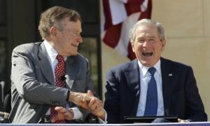 Οι δύο πρώην πρόεδροι Μπους «καρφώνουν» τον Τραμπ για την ακροδεξιά