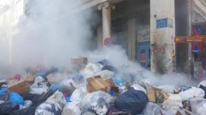 Πάτρα: Φωτιά σε βουνά από σκουπίδια – Αποπνικτική ατμόσφαιρα στο κέντρο της πόλης [pics, vid]