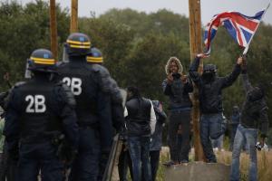 HRW: Όργιο αστυνομικής βίας σε βάρος των προσφύγων στο Καλαί