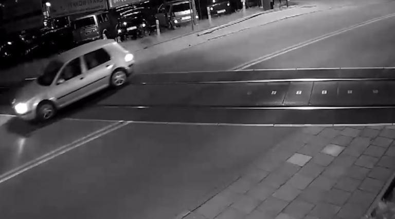 Απίστευτο βίντεο! Τρένο περνάει χιλιοστά από αυτοκίνητο! | Newsit.gr