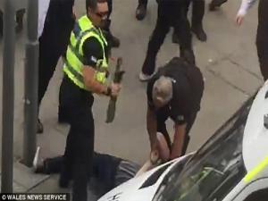 Σύλληψη υπόπτου με ματσέτα λίγο πριν τη συναυλία του Τζάστιν Μπίμπερ στο Κάρντιφ [pics]