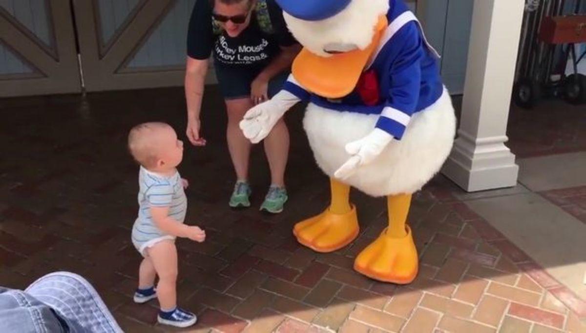 Είχε… κίνητρο! Μωράκι περπατά για πρώτη φορά, όταν βλέπει τον Ντόναλντ [vid] | Newsit.gr