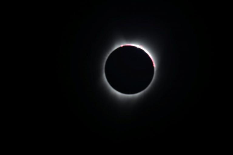 Ολική έκλειψη ηλίου: Σε… ντελίριο οι Αμερικάνοι – Εντυπωσιακές εικόνες! [pics] | Newsit.gr