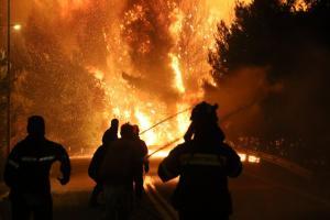 Φωτιά στην Αττική: Εκκενώθηκε οικισμός στο Καπανδρίτι! Σκληρή «μάχη» με τις φλόγες