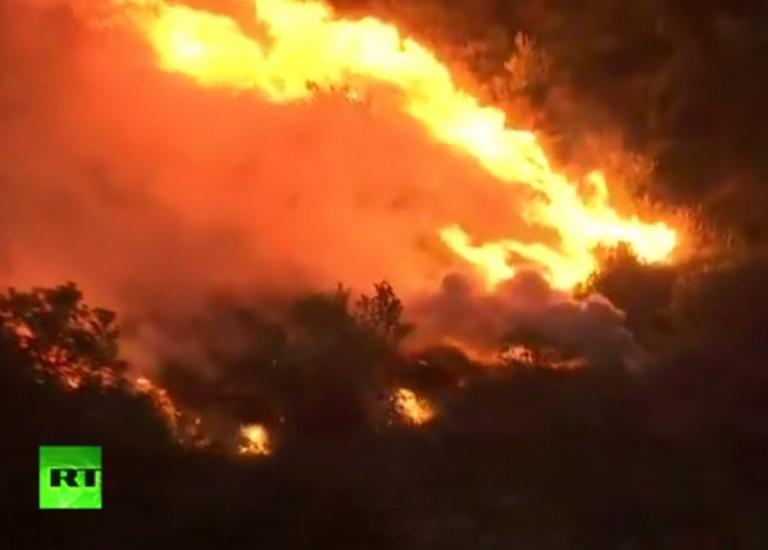 Φωτιά στον Κάλαμο: Καίγονται σπίτια! | Newsit.gr