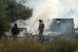 Φωτιά στον Γέρακα ανάμεσα σε σπίτια