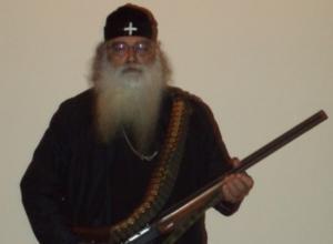 Κρήτη: Το ξέσπασμα του οπλισμένου ιερέα που σαρώνει το διαδίκτυο – Η μαντινάδα και το κείμενο φωτιά [pic]