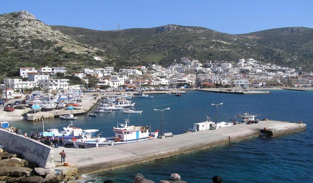 Ικαρία: Αυτοκίνητο έπεσε στη θάλασσα του λιμανιού | Newsit.gr
