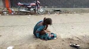 Σοκαριστικό βίντεο με τη 17χρονη Ινδή που γέννησε στο δρόμο