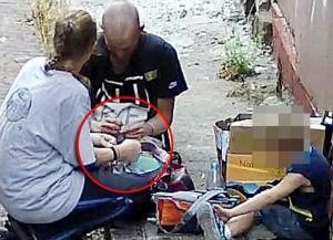 Αδιανόητο: »Χτυπάει» ένεση ηρωίνης μπροστά στον 4χρονο γιο της [vid]