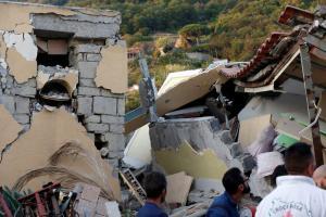 Σεισμός στην Ιταλία: Οι εικόνες της καταστροφής – Ισοπεδωμένα σπίτια, φόβος και δυο νεκροί – Το θαύμα του μικρού Πασκουάλε