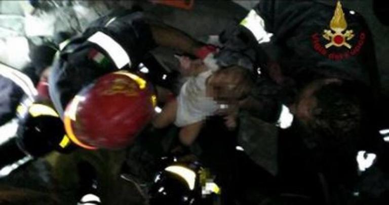 Ιταλία: Η στιγμή της διάσωσης βρέφους επτά μηνών | Newsit.gr