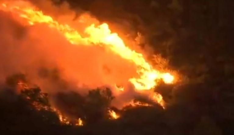 Φωτιά στον Κάλαμο: Μαίνεται το «πύρινο μέτωπο» – Ολονύχτια μάχη με τις φλόγες[pics, vid] | Newsit.gr