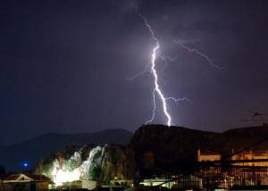 Η «Μέδουσα» θα «ηλεκτρίσει» όλη την χώρα! Εκατοντάδες κεραυνοί, βροχές και θερμοκρασίες χειμώνα