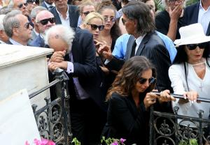 Ζωή Λάσκαρη: Σπαρακτικές στιγμές στην κηδεία της – Διαλυμένος ο Λυκουρέζος – Η συγκλονιστική στιγμή του αποχαιρετισμού