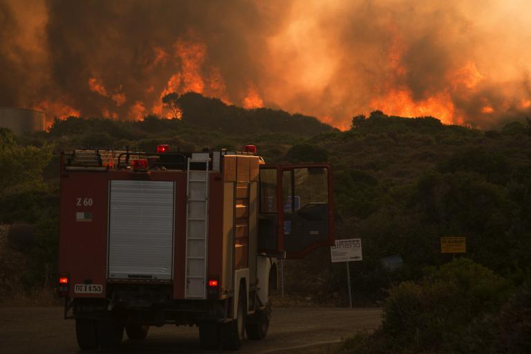 Φωτιά στα Κύθηρα: Δεύτερη εφιαλτική νύχτα για τους κατοίκους – «Μαυρίζει» το νησί | Newsit.gr